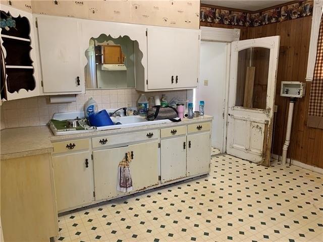 Kitchen featured at 1808 Dewey Ave, Saint Joseph, MO 64505