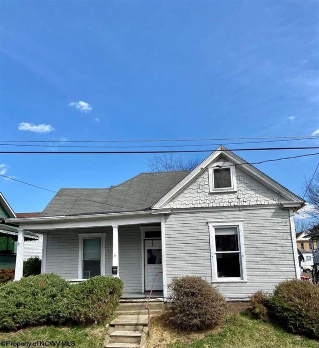 House view featured at 827 Field St, Fairmont, WV 26554