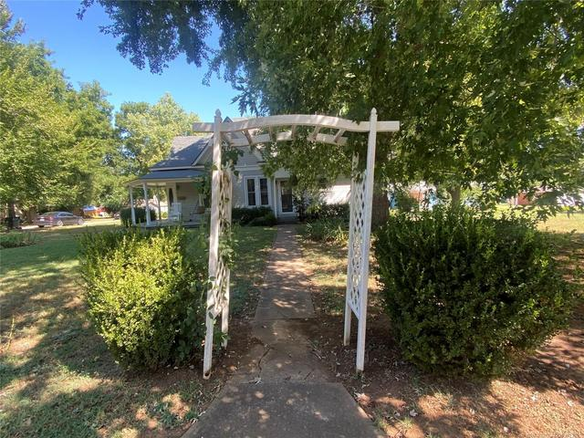 Porch yard featured at 111 S Rosehill Ave, Cleveland, OK 74020