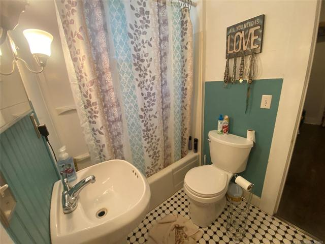 Bathroom featured at 111 S Rosehill Ave, Cleveland, OK 74020