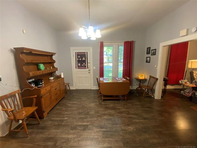 Living room featured at 111 S Rosehill Ave, Cleveland, OK 74020