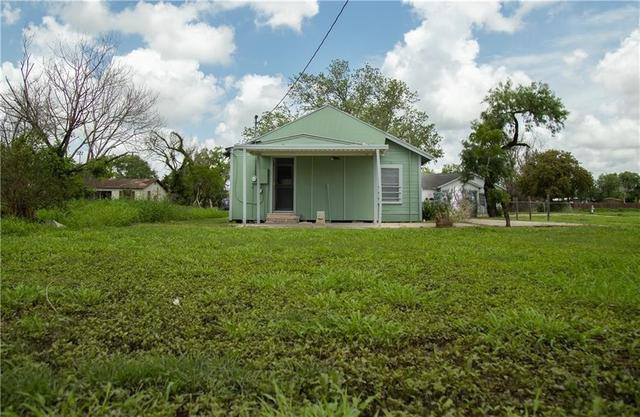 Yard featured at 605 W Huisache Ave, Kingsville, TX 78363