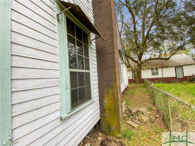Porch yard featured at 103 W 54th St, Savannah, GA 31405