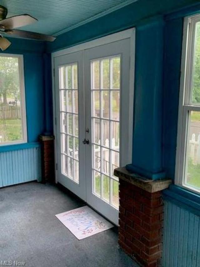 Porch featured at 1387 Union St SW, Warren, OH 44485