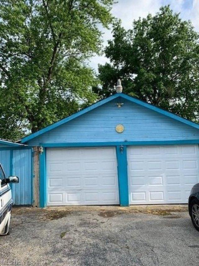 Garage featured at 1387 Union St SW, Warren, OH 44485