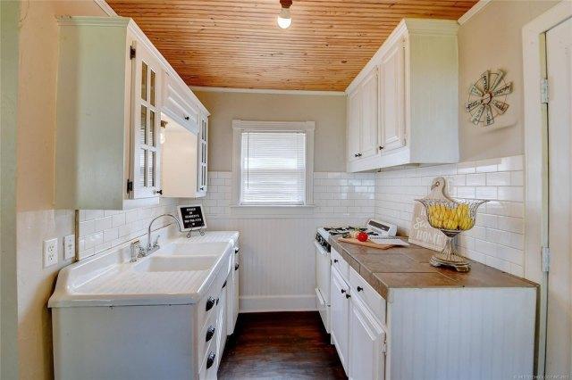 Kitchen featured at 103 Seminole St, Marietta, OK 73448