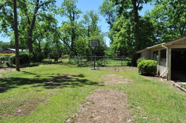 Yard featured at 404 W Sultana Dr, Fitzgerald, GA 31750