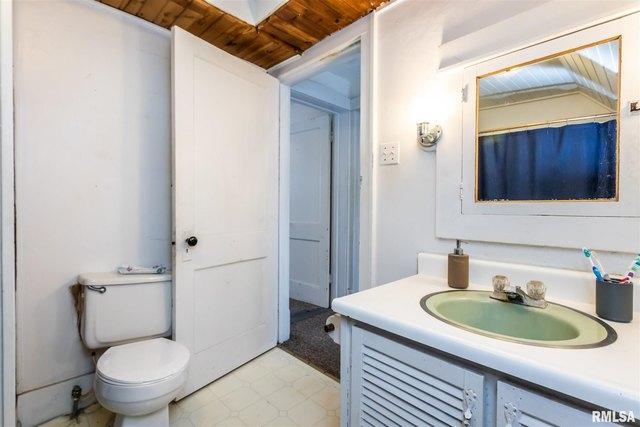 Bathroom featured at 408 N Cooper St, Peoria, IL 61606