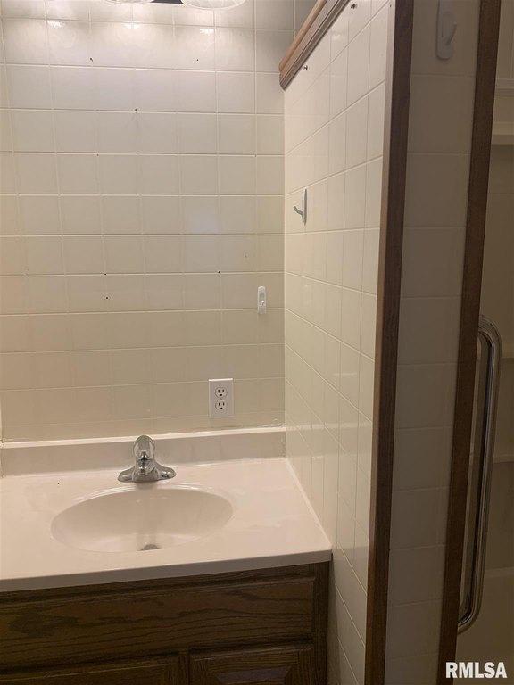 Bathroom featured at 513 N 9th St, Cuba, IL 61427