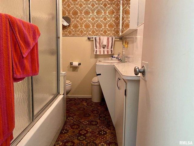 Bathroom featured at 304 E Chestnut St, Anna, IL 62906
