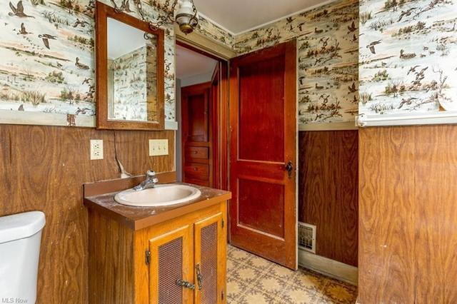 Bathroom featured at 910 W 21st St, Lorain, OH 44052