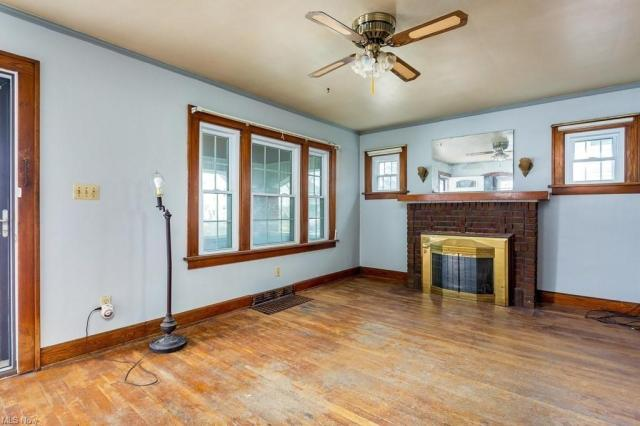 Living room featured at 910 W 21st St, Lorain, OH 44052