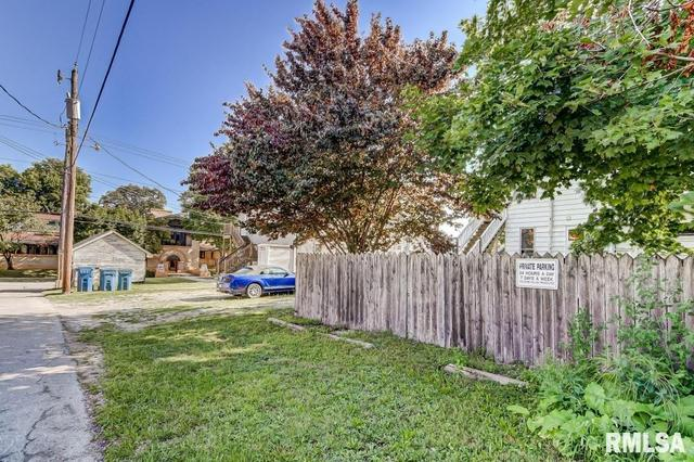 Yard featured at 809 S 4th St, Springfield, IL 62703