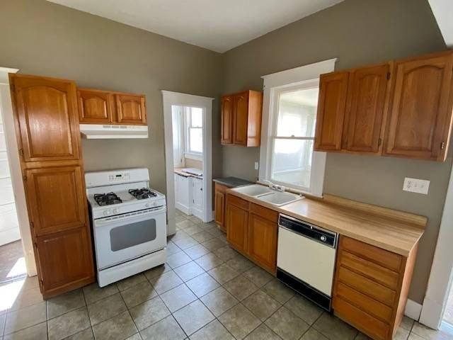 Kitchen featured at 807 Walnut St, Tarkio, MO 64491