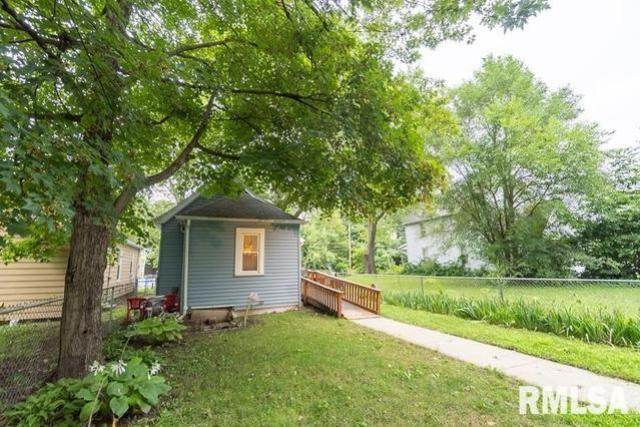 Yard featured at 621 Vine St, Peoria, IL 61603