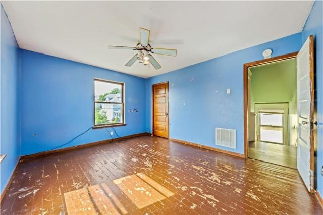 Living room featured at 920 Maryland Ave, New Castle, PA 16101