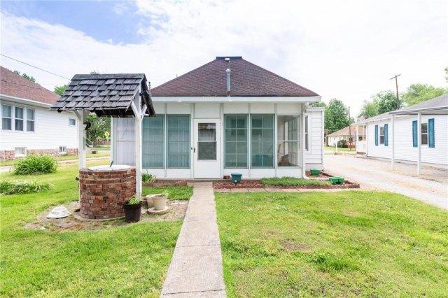 Porch yard featured at 709 S Washington St, Du Quoin, IL 62832