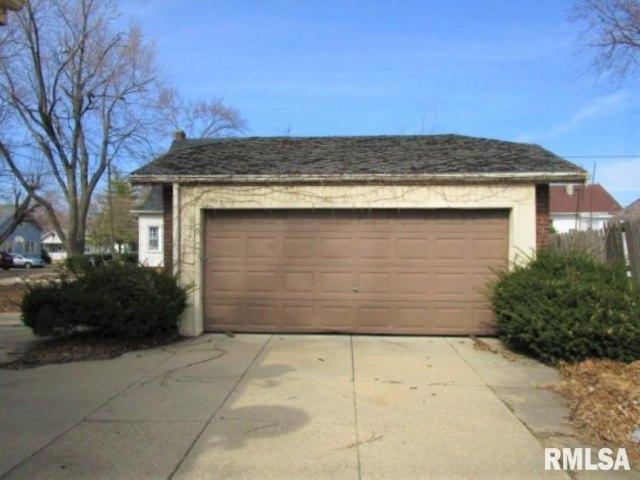 Garage featured at 401 E McClure Ave, Peoria, IL 61603