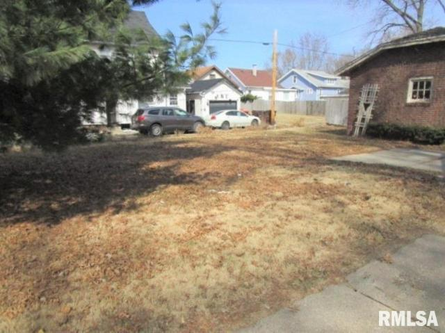Yard featured at 401 E McClure Ave, Peoria, IL 61603