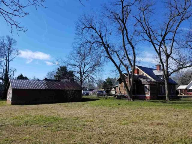 Yard featured at 606 N Broad St, Clinton, SC 29325