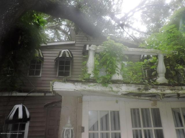 Porch yard featured at 7032 Riverrun Rd, New Port Richey, FL 34655