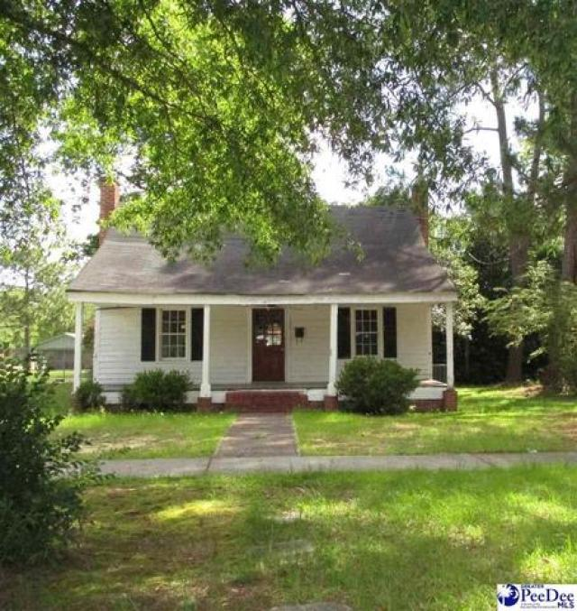 Yard featured at 204 High St, Cheraw, SC 29520