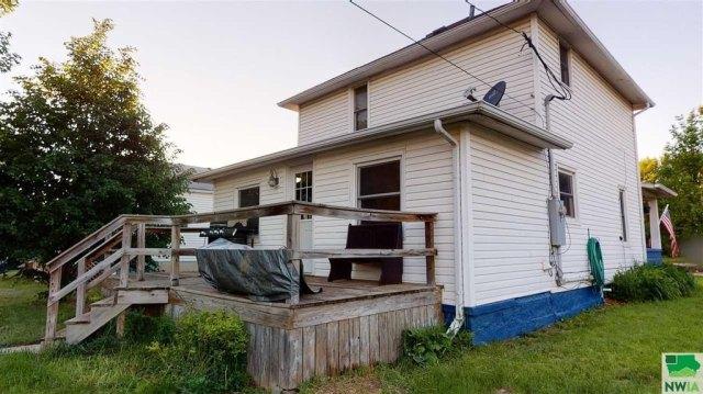 Porch yard featured at 115 E Linn St, Cherokee, IA 51012
