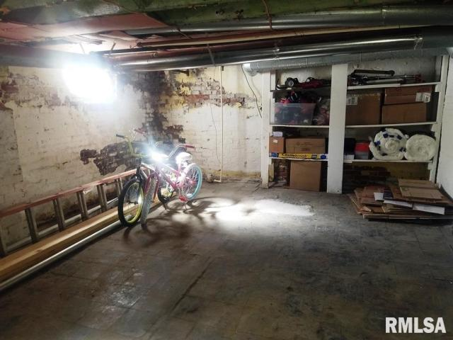 Garage featured at 337 Day St, Galesburg, IL 61401