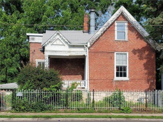 Yard featured at 1224 Washington Ave, Alton, IL 62002