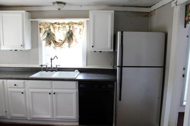 Kitchen featured at 163 E Carter St, Batesville, AR 72501
