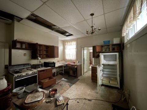 Kitchen featured at 762 Summit Ave, Cincinnati, OH 45204