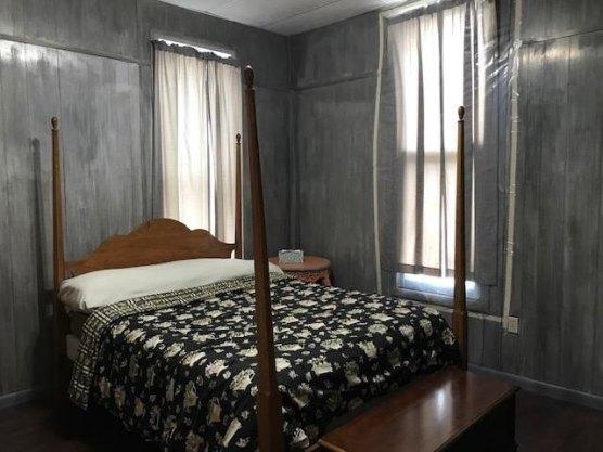 Bedroom featured at 400 N Walnut St, Bay City, MI 48706