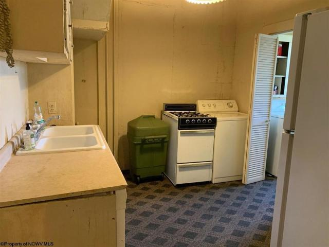 Laundry room featured at 220 S Howard St, Clarksburg, WV 26301