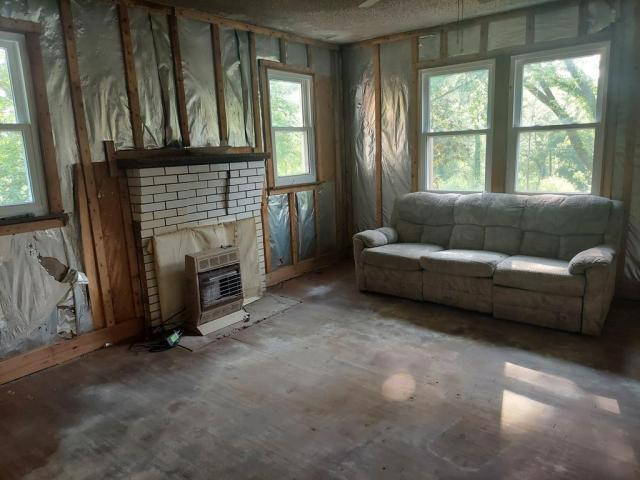 Living room featured at 1865 Hawkins Rd, Westmoreland, TN 37186