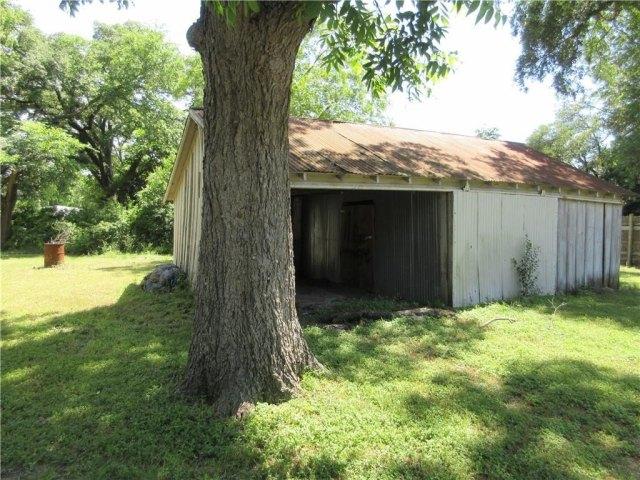 Yard featured at 925 Ward St, Marlin, TX 76661