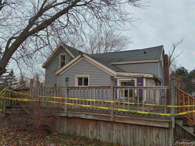 Porch yard featured at 4637 W Garrison Rd, Owosso, MI 48867