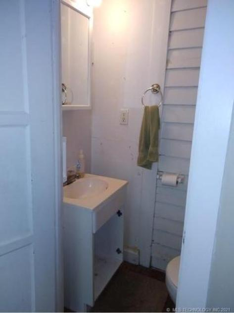 Bathroom featured at 409 E Seminole Ave, McAlester, OK 74501