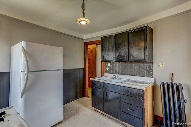 Kitchen featured at 52 Elm St, River Rouge, MI 48218
