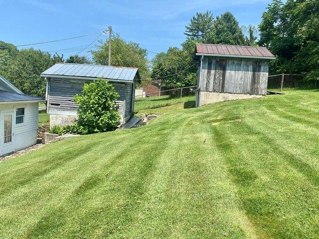 Yard featured at 204 Creasey Rd, Bluefield, VA 24605