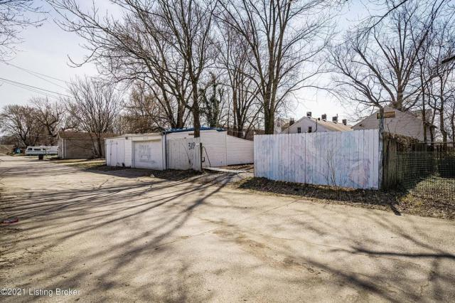 Yard featured at 3119 Portland Ave, Louisville, KY 40212