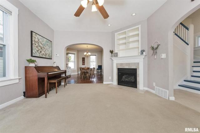 Living room featured at 1219 N Garfield Ave, Peoria, IL 61606