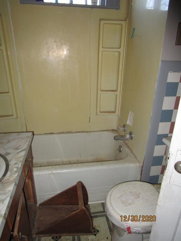 Bathroom featured at 804 S Grand Ave, Lyons, KS 67554