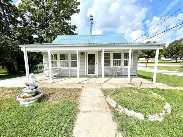 Porch yard featured at 302 S East St, Hillsboro, IL 62049