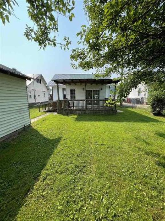 Yard featured at 228 Ridge St, South Shore, KY 41175