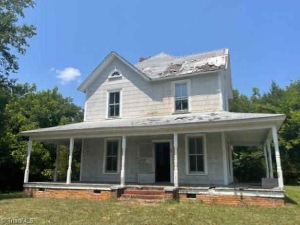 Porch featured at 105 E 2nd Ave, Mount Gilead, NC 27306