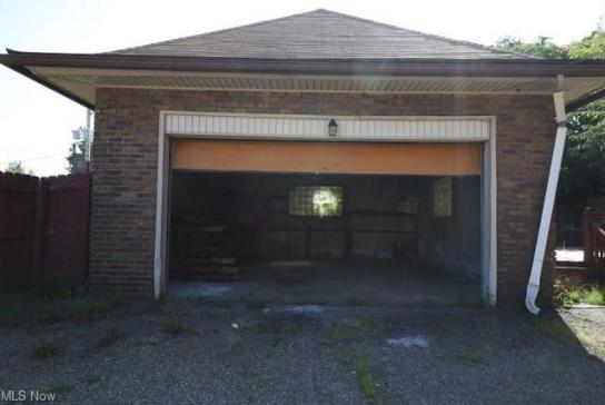 Garage featured at 1654 Cleveland Ave NW, Canton, OH 44703