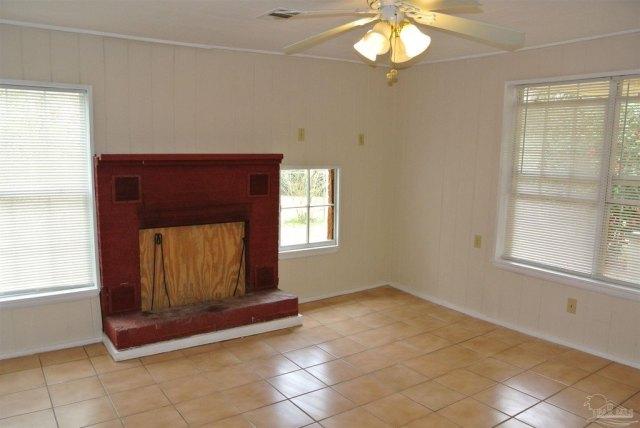 Living room featured at 5714 Sunbeam St, Milton, FL 32570