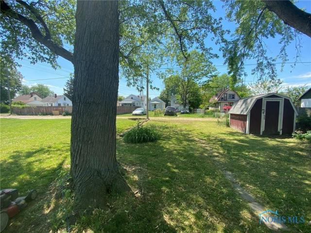 Yard featured at 205 Milford St, Toledo, OH 43605