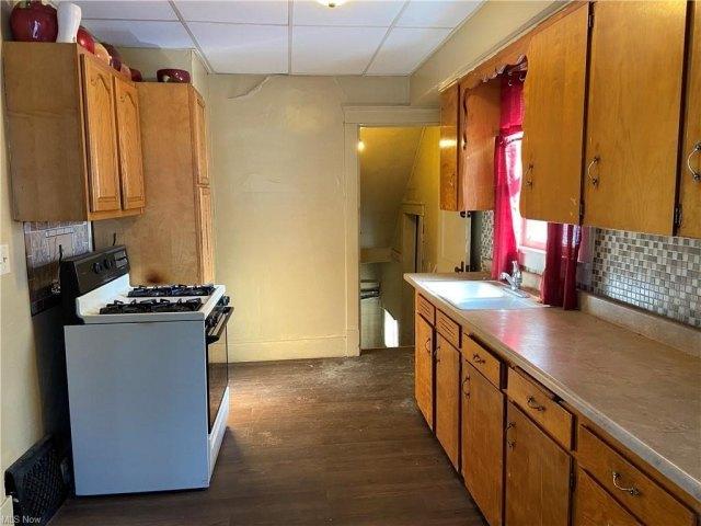Kitchen featured at 1000 Hollywood St NE, Warren, OH 44483