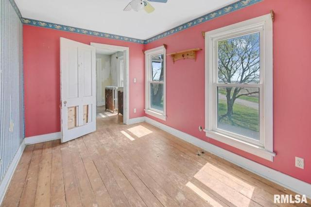 Porch featured at 22103 W Peoria Galesburg Trl, Elmwood, IL 61529